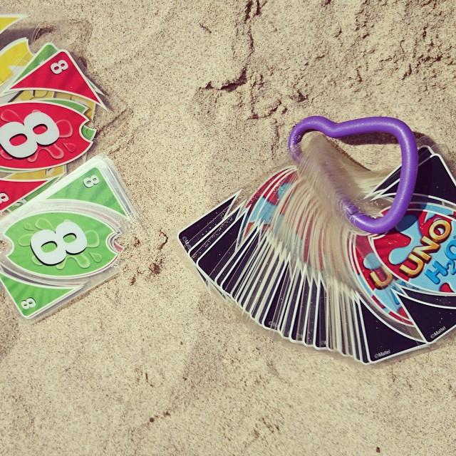 ¡con estas cartas si que hemos podido jugar en la playa! #porfavorquenosepierdaelgancho #cartasplastificadas #mcmmarta